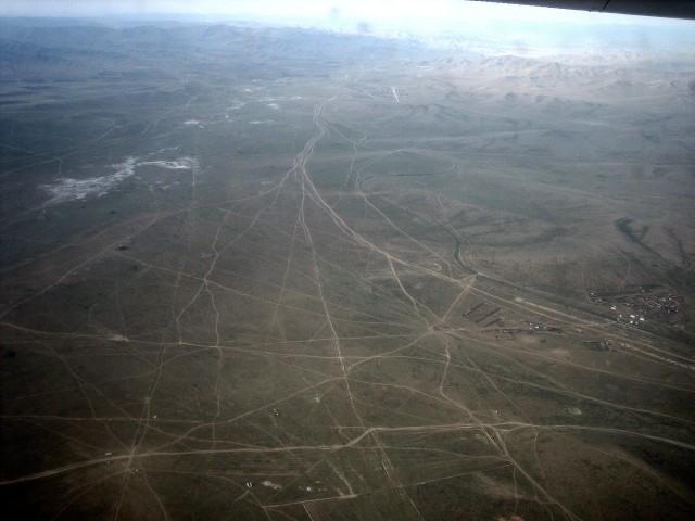 ørkenlandskap ved UlaanBaatar (kompaktkamera, gjennom flyruten i en Saab 340b)
